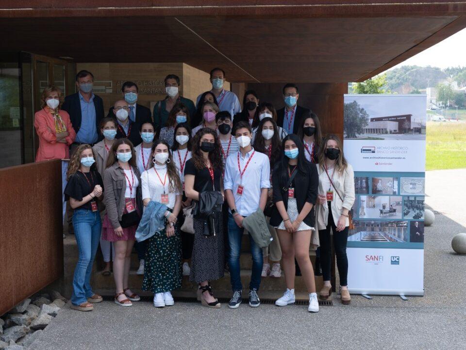 Miembros de la comunidad universitaria de la UC visitan el Archivo Histórico Banco Santander